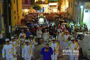 Η περιφορά της εικόνας της Αγίας Τριάδος στα σοκάκια της Πρόνοιας στο Ναύπλιο