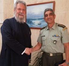 Ο Διοικητής της ΕΛΔΥΚ Εμμανουήλ Θεοδώρου στον Αρχιεπίσκοπο Κύπρου