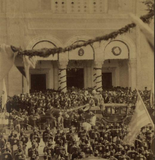 Ο πρώτος βασιλικός γάμος που τελέστηκε στην Ελλάδα ήταν του διαδόχου Κωνσταντίνου με την πριγκίπισσα Σοφία. Η άμαξα των νεονύμφων μπροστά από την Μητρόπολη Αθηνών, 27 Οκτωβρίου 1889
