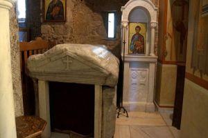 Το θαυματουργό υγρό επάνω στον τάφο του Αγίου Λουκά και η Λάρνακα που θαυματουργεί έως σήμερα…