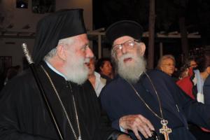 """Ο Σύρου Δωρόθεος Β ´ τίμησε τον Γέροντα π. Γεώργιο Ζουγανέλη: """"Σας προσφέρω το σεβασμό όλων μας και ένα επιστήθιο σταυρό"""""""