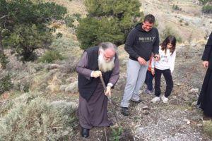 Πρώτος στην αναδάσωση στο Σελάκανο, και ο νέα Μητροπολίτης Ιεραπύτνης