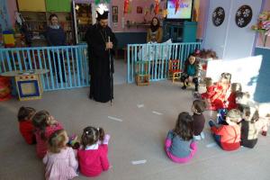 Δώρα σε μικρά παιδιά μοίρασε ο Μητροπολίτης Μαρωνείας