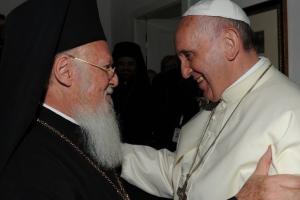 Ο Πάπας ευχαρίστησε τον Βαρθολομαίο για τη δέσμευσή του στο ίδιο όραμα και ζητάει κοινή προσευχή για την ενότητα
