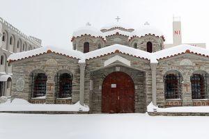 Το Ιερό Ησυχαστήριο Αγίων Αυγουστίνου Ιππώνος και Σεραφείμ Σαρώφ ντυμένο στα λευκά