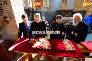 Η Εκκλησία της Ελλάδος «ντύνει» το σκήνωμα της Αγίας Ελένης – Δείτε το βυζαντινό ένδυμα.