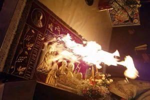Κλήθηκε για εξηγήσεις από τον μητροπολίτη Θεσσαλονίκης ο ιερέας που άναψε φωτιά στην Αγία Τράπεζα