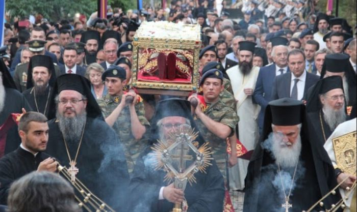 Συγκλονιστικές εικόνες από το προσκύνημα των πιστών στην Αγία Ελένη! •• Σε 150.000 ανέρχονται οι πιστοί μέχρι στιγμής !
