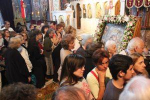 Εκατοντάδες πιστοί έρχονται για την εικόνα Άξιον Εστί στο Βύρωνα