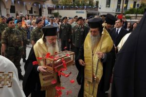 Πλήθος κόσμου υποδέχτηκε την Τίμια Χείρα του Αγίου Νεκταρίου στην Μυτιλήνη