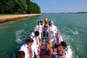 Σκήνωμα Αγίας Ελένης: Το μετέφεραν με γόνδολα για να το παραδώσουν στην Εκκλησία της Ελλάδος