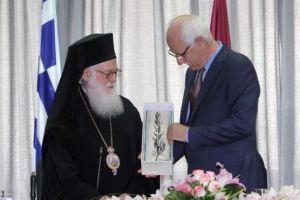Αρχιεπίσκοπος Αναστάσιος: «Αλλοι χτίζουν τείχη, εμείς χτίζουμε γέφυρες»
