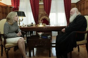 Η πρόεδρος του Συλλόγου «Ελπίδα» Μαριάννα Βαρδινογιάννη στον Αρχιεπίσκοπο