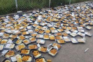ΣΟΚ! Την ίδια στιγμή που ηλικιωμένοι τρώνε απ τα απο τα σκουπίδια γιατί τους έκοψαν το ΕΚΑΣ πρόσφυγες στη Χίο πετάνε το φαγητό γιατί…