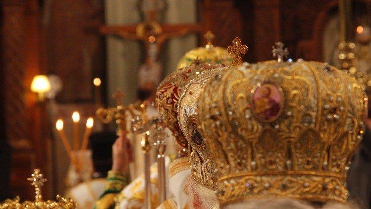 Το θέμα των εμπεριστάτων Ιεραρχών των Πατριαρχείων μας περιμένει τη λύση του.