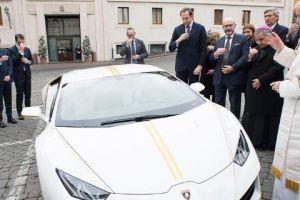 Ο Πάπας είπε «όχι» σε Lamborghini που του χάρισαν -Αλλά την ευλόγησε