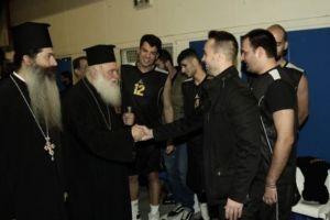 Ο Αρχιεπίσκοπος  Ιερώνυμος σε αγώνα μπάσκετ για τους πλημμυροπαθείς της Μάνδρας