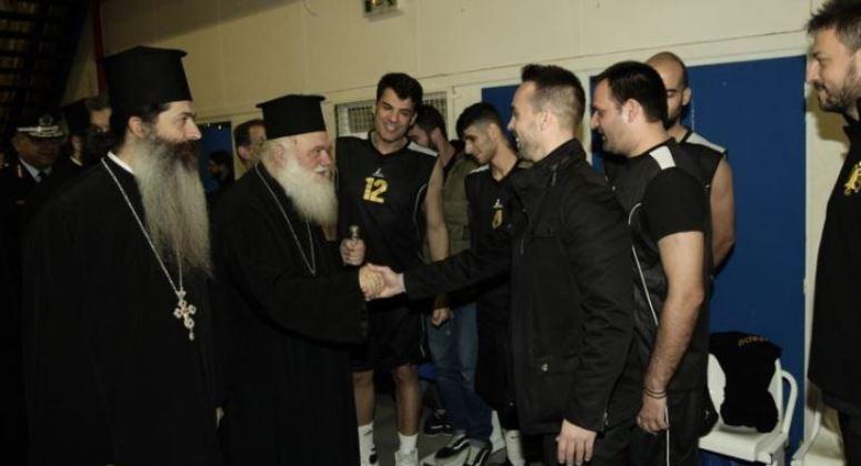 You are currently viewing Ο Αρχιεπίσκοπος  Ιερώνυμος σε αγώνα μπάσκετ για τους πλημμυροπαθείς της Μάνδρας