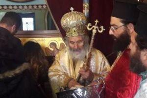 Μπροστά στη Λάρνακα του Αγίου Σάββα που ο ίδιος έφτιαξε μοίρασε αντίδώρο ο Μητροπολίτης