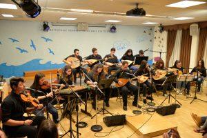 Χριστουγεννιάτικοι ύμνοι, τραγούδια και κάλαντα και Σμυρναίικες μελωδίες, από την Παραδοσιακή – Βυζαντινή Χορωδία του Μουσικού Σχολείου Πειραιά.