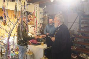 Χαμόγελα και ευχές μοίρασε ο Μητροπολίτης Σύρου στην αγορά της Ερμούπολης