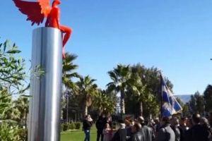"""Ράντισαν το κόκκινο άγαλμα """"Phylax"""" και ζητούν την κατεδάφισή του"""