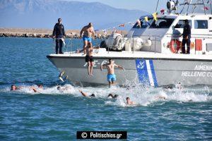Θεοφάνεια στο λιμάνι της Χίου με 19 κολυμβητές