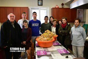 Μαθητές από το 2ο Λυκειο Ναυπλίου μαγείρεψαν στο συσσίτιο Ευαγγελίστριας Ναυπλίου.