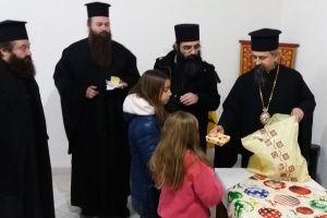 Μοίρασε δώρα και χαμόγελα σε παιδιά  ο Μητροπολίτης Καρπενησίου Γεώργιος