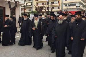 Πορεία στο Αίγιο με μπροστάρη τον Μητροπολίτη Αμβρόσιο για τη Μακεδονία μας.