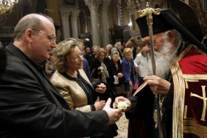 Ο Αρχιεπίσκοπος Ιερώνυμος πρόσφερε στη Μητρόπολη ένα λουλούδι στον Νίκο Φίλη