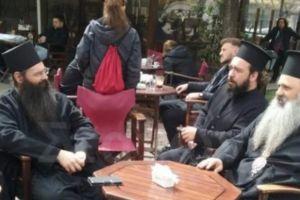 Ο Σταγών και Μετεώρων Θεόκλητος με το λαό για καφεδάκι στην πλατεία της Καλαμπάκας