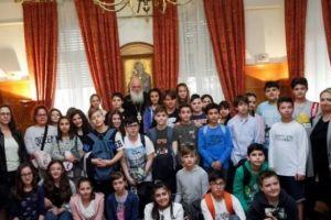 Ο Αρχιεπίσκοπος με μαθητές δημοτικού σχολείου