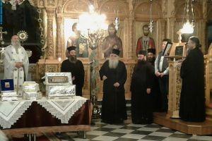 Συγκινημένος ο Ηγούμενος της Μονής Βαρλαάμ Άγιος Γέρων Αρχ. Ισίδωρος κατά την αναχώρηση των Λειψάνων