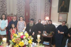 Κλήρος και λαός της Σύρου κοντά στον εορτάζοντα Ποιμενάρχη του