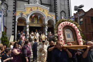 Πλήθος πιστών στην λιτάνευση της εικόνας της Αγίας Ειρήνης Χρυσοβαλάντου Αστόρια