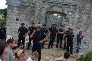 Αλβανοί μουσουλμάνοι εμπόδισαν τον Μητροπολίτη Μαυροβονίου να τελέσει Θ. Λειτουργία