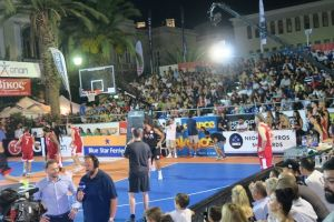 """Ο Μητροπολίτης Σύρου στους τελικούς αγώνες """"LG AegeanBall Festival"""""""