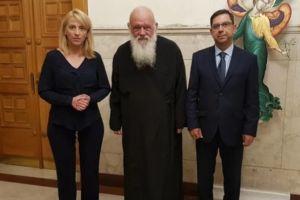 Η κ. Δούρου ζήτησε το.. χέρι του Αρχιεπισκόπου για τους πυροπαθείς