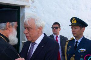 Ο π. Θωμάς Συνοδινός ξενάγησε τον ΠτΔ κ.Παυλόπουλο, στο Μουσείο «Αρχιεπίσκοπος Χριστόδουλος» στην Αμοργό