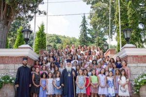 Ο Βεροίας Παντελεήμων μαζί με τα παιδιά των κατασκηνώσεων στις εγκαταστάσεις της Ι.Μ.Παναγίας Δοβρά