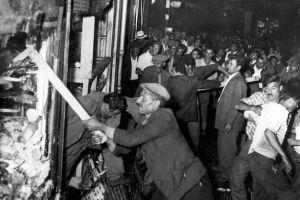 Σεπτεμβριανά: Συγκλονιστικές φωτογραφίες απο το φονικό πογκρόμ στην Κωνσταντινούπολη τον Σεπτέμβριο του 1955