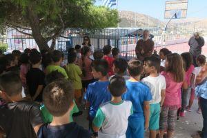 Ο Μητροπολίτης Σύρου κοντά στα παιδιά του Δημοτικού Σχολείου Μάνα