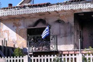Yψωσε την ελληνική σημαία στα αποκαΐδια του σπιτιού της στο Μάτι-Αθάνατη Ελλάδα!
