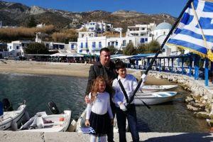 Η Ελλάδα ποτέ δεν πεθαίνει:παρέλαση με δύο μαθητές στον Απόλλωνα Νάξου