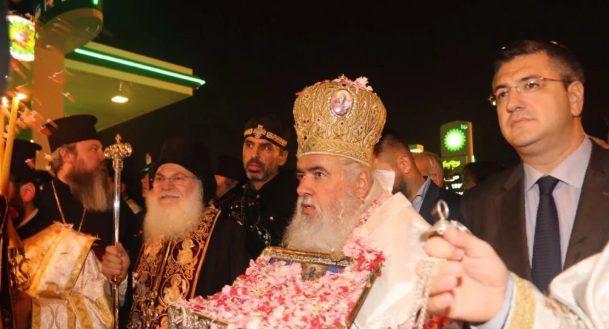 Θερμή υποδοχή της Αγίας Ζώνης στον Εύοσμο- Πλήθη πιστών με κεριά και ροδοπέταλα