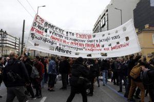 Ολιγόλεπτη ένταση στο μαθητικό συλλαλητήριο στα Προπύλαια