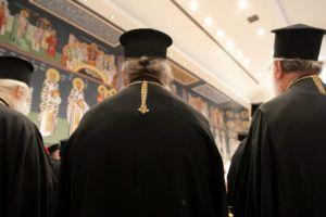 Άποψη: Το δίλημμα του Αρχιεπισκόπου – Η Αριστερά του Κυρίου ή όπισθεν ολοταχώς;