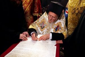 Ο Βαρθολομαίος υπέγραψε τον Τόμο της Αυτοκεφαλίας στην Εκκλησία της Ουκρανίας