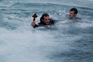 Θεϊκό μήνυμα στην Κέρκυρα: Η θάλασσα «κατάπιε» τον σταυρό!